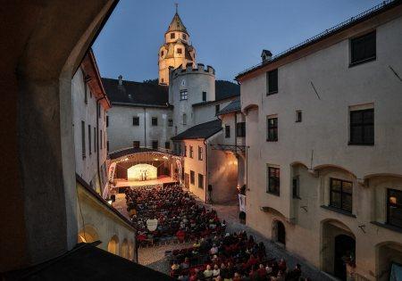 Burg Hasegg Außenansicht - Salzraum.Hall © Emanuel Kaser