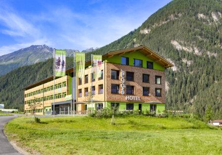 Das Explorer Hotel Ötztal in Umhausen im Sommer